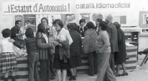 Parada informativa a Sants 1977 amb una pancarta per l'Estatut d'autonomia i per la llengua