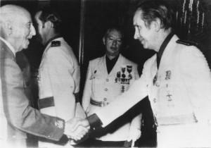 Samaranch, amb uniforme falangista, saludant el general Franco