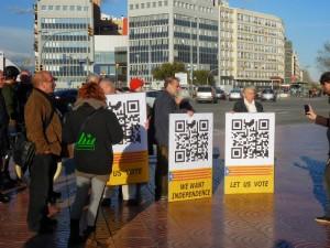Amb les pancartes i els codis QR a la plaça Espanya