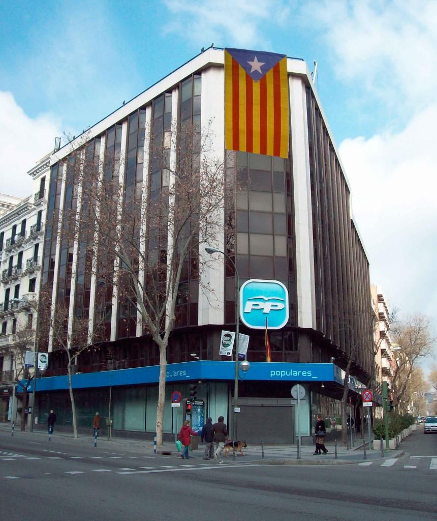L'estelada a la seu del PP, al carrer Gènova (foto retocada amb Photoshop)