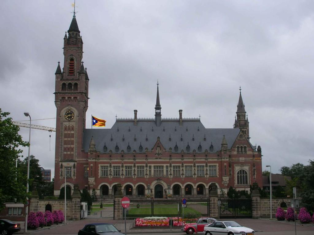 L'estelada al Tribunal Internacional de Justícia (foto retocada amb Photoshop)