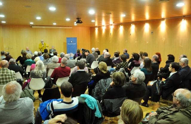 La sala de la biblioteca Francesc Candel, plena en la presentació amb Vicenç Villatoro del llibre Un home que se'n va, a la Marina de Sants, el 5 de març de 2015