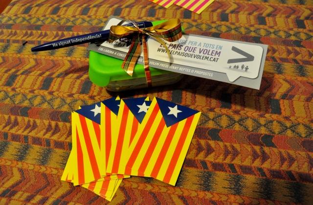 Petit tàper amb marxandatge de Sants-Montjuïc per la Independència