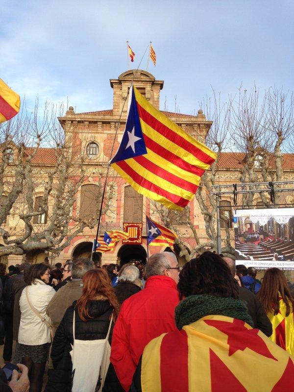 Al Parlament, des de quarts de cinc, per seguir el ple d'investidura des de la pantalla gegant de l'Assemblea Nacional Catalana