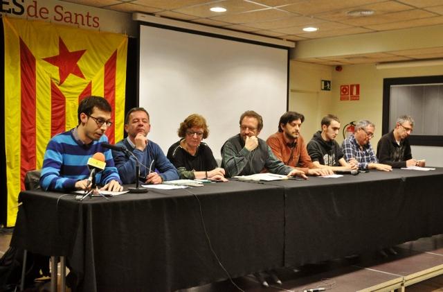 De l'esquerra a la dreta, Sergi Sarri (Convergència Democràtica de Catalunya Sants-Montjuïc), Jordi Fexas (Esquerra Republicana de Catalunya Sants-Montjuïc), Lluïsa Erill (Secretariat d'Entitats de Sants, Hostafrancs i la Bordeta), Enric Blanes (Sants-Montjuïc per la Independència, ANC), Jordi Redondo (Òmnium Cultural Sants-Montjuïc), Gullem Barril (Associació de Joves Independentistes de Sants) i Jordi Ifach (CUP Sants)